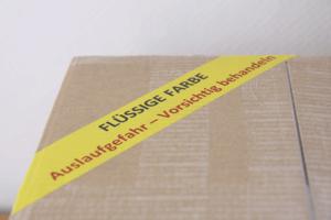 Karton mit Aufkleber Farbe