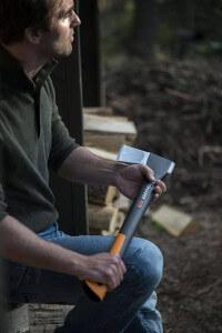 Fiskars Axt X17-M zum Holz spalten